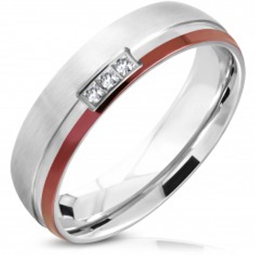 Šperky eshop Obrúčka z chirurgickej ocele, strieborná a mahagónová farba, tri číre zirkóny, 6 mm - Veľkosť: 51 mm