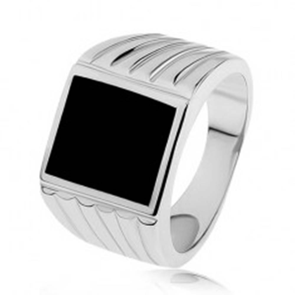 Šperky eshop Strieborný prsteň 925, ramená so zárezmi, čierny glazúrovaný obdĺžnik - Veľkosť: 53 mm