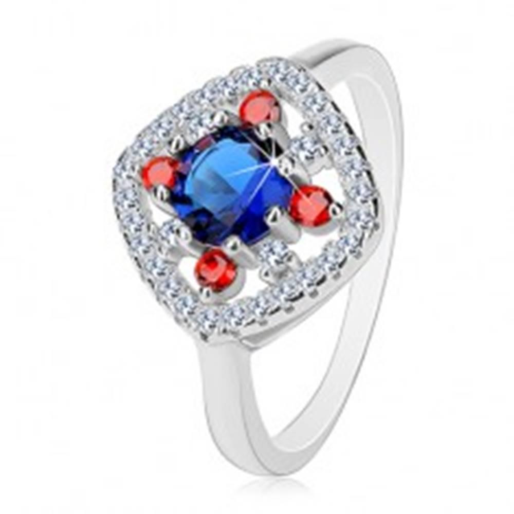 Šperky eshop Strieborný prsteň 925, tmavomodrý stred, číre a červené zirkóniky - Veľkosť: 50 mm