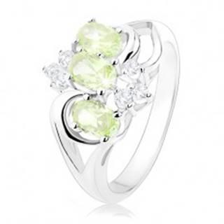 Prsteň v striebornom odtieni, rozdelené ramená, zelené ovály, číre zirkóniky - Veľkosť: 48 mm