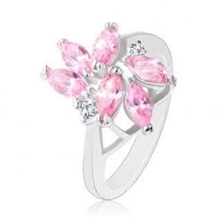 Prsteň zdobený brúsenými zrnkami ružovej farby, dva okrúhle číre zirkóny - Veľkosť: 49 mm