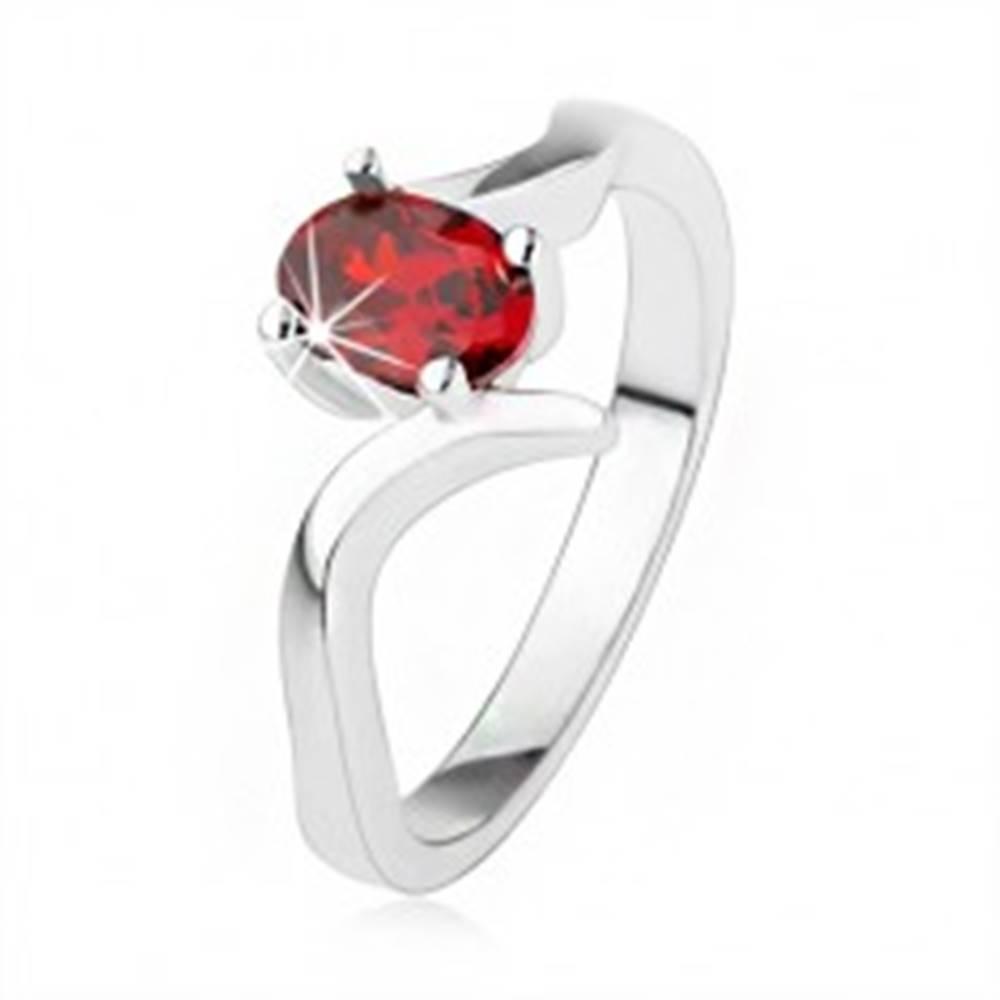 Šperky eshop Elegantný prsteň zo striebra 925, rubínovočervený zirkón, zvlnené ramená - Veľkosť: 50 mm