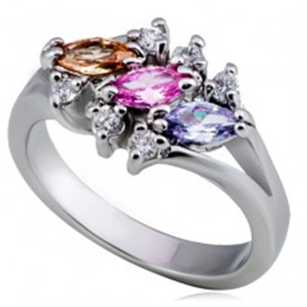 Šperky eshop Lesklý kovový prsteň - tri farebné zrnkové zirkóny, číry lem - Veľkosť: 49 mm