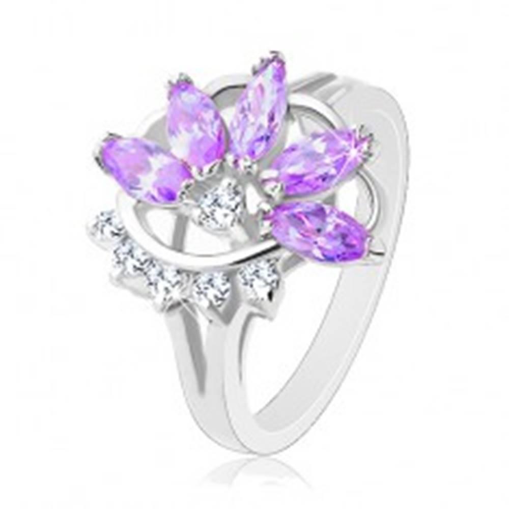 Šperky eshop Lesklý prsteň striebornej farby, fialový zirkónový kvet, číre zirkóniky - Veľkosť: 48 mm