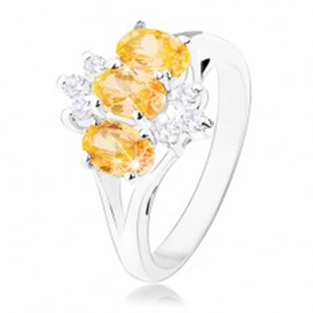 Šperky eshop Lesklý prsteň v striebornej farbe, žlté zirkónové ovály, číre zirkóniky - Veľkosť: 50 mm