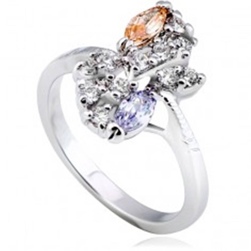 Šperky eshop Lesklý prsteň z kovu - strieborná farba, kvet, farebné zirkóny v diagonále - Veľkosť: 51 mm