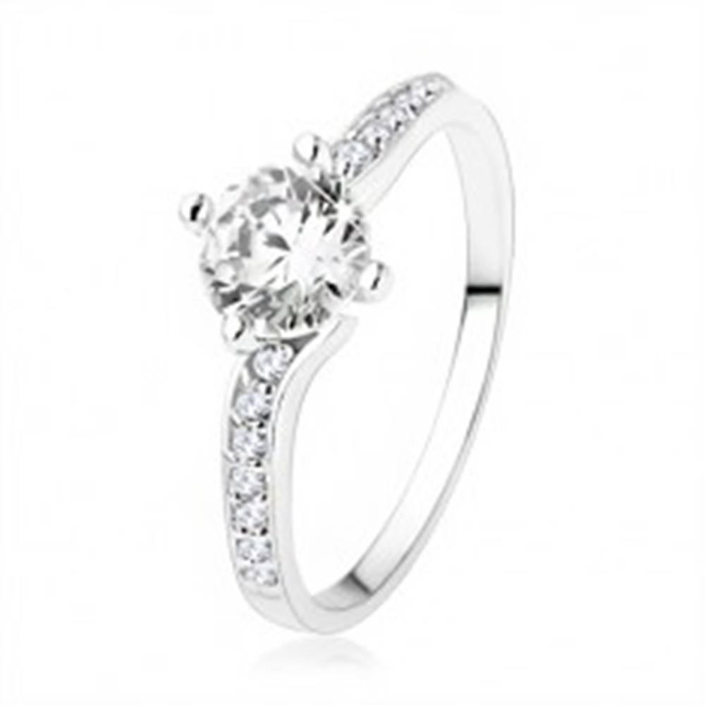 Šperky eshop Lesklý prsteň zo striebra 925, ramená spojené okrúhlym zirkónom - Veľkosť: 49 mm