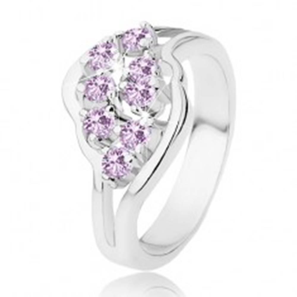 Šperky eshop Ligotavý prsteň s rozdelenými ramenami, fialové okrúhle zirkóniky - Veľkosť: 51 mm