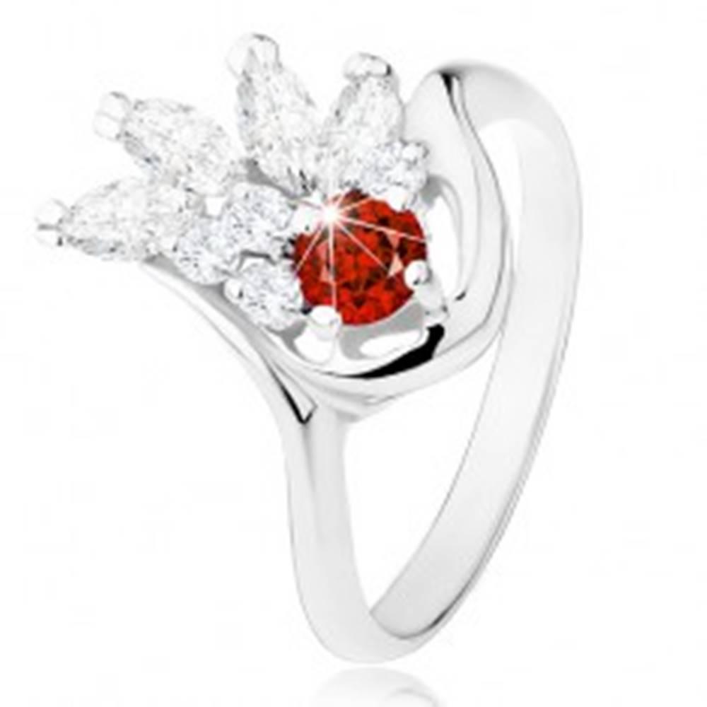 Šperky eshop Ligotavý prsteň striebornej farby, červený zirkón, číry zirkónový vejár - Veľkosť: 49 mm
