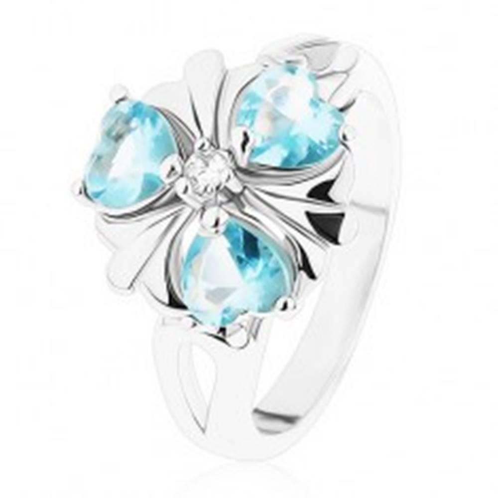 Šperky eshop Ligotavý prsteň striebornej farby, kvietok so svetlomodrými srdiečkami - Veľkosť: 52 mm