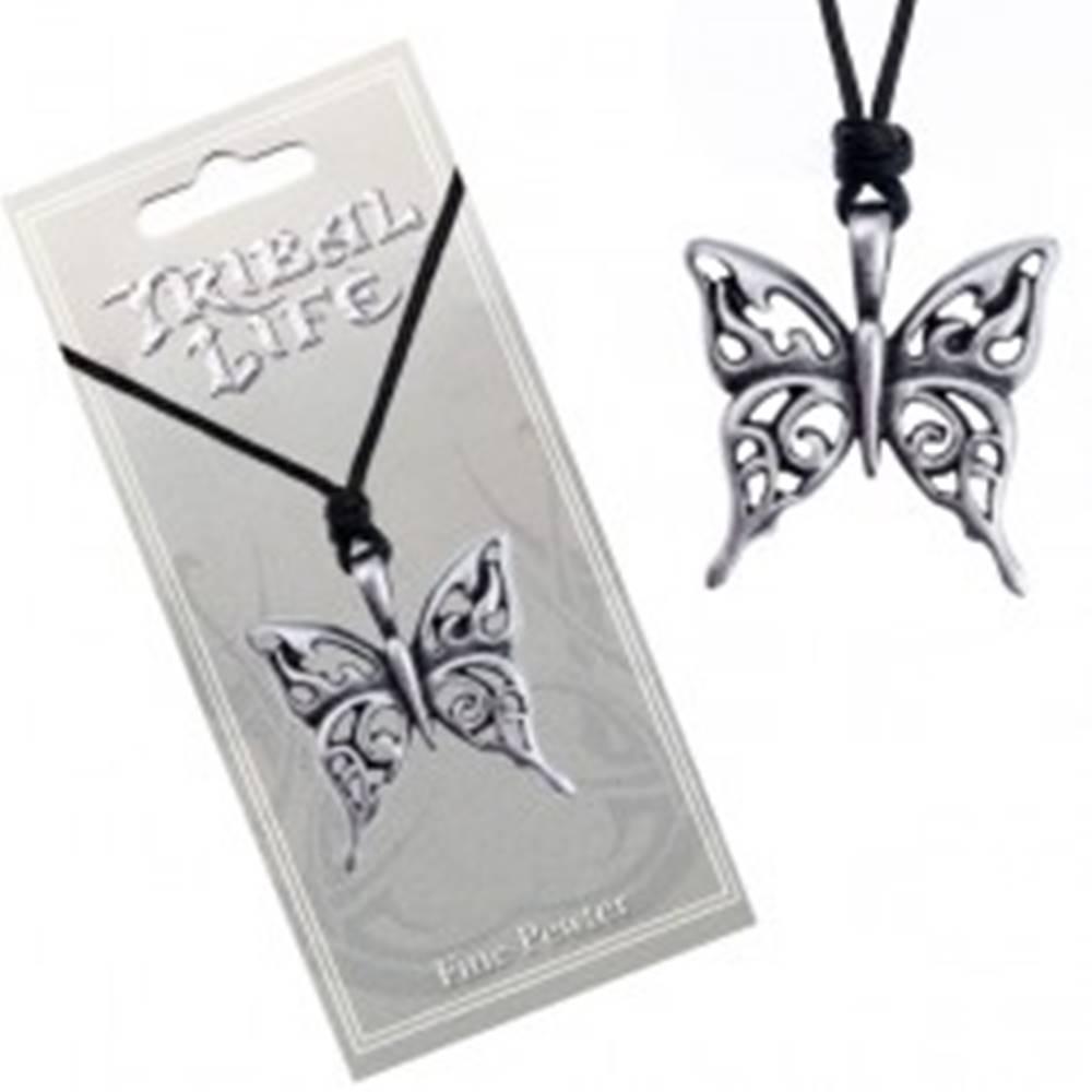 Šperky eshop Náhrdelník so šnúrkou - vyrezávaný patinovaný prívesok motýľa