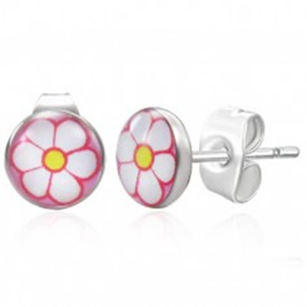 Šperky eshop Oceľové náušnice striebornej farby, biely kvietok na ružovom pozadí