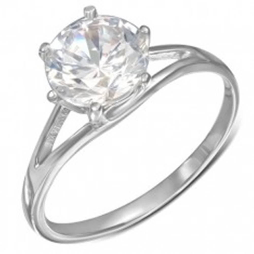 Šperky eshop Oceľový snubný prsteň - okrúhly číry zirkón, rozdvojené ramená - Veľkosť: 49 mm