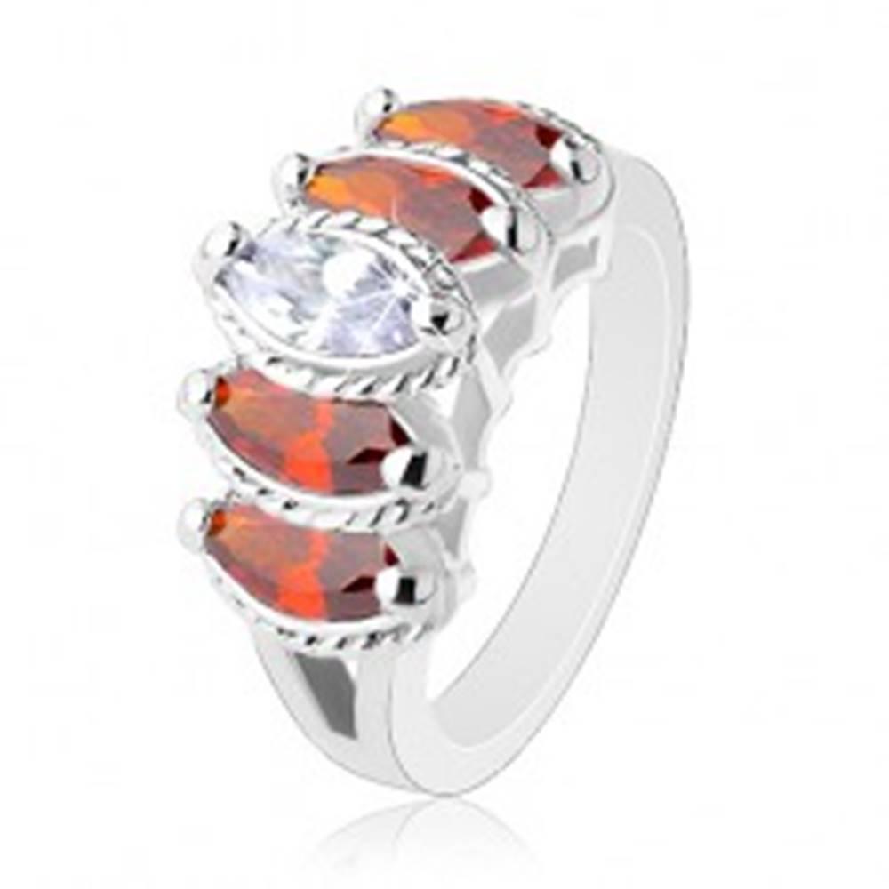 Šperky eshop Prsteň s rozdelenými ramenami, oranžové a číre zrnká s vrúbkovaným lemom - Veľkosť: 52 mm