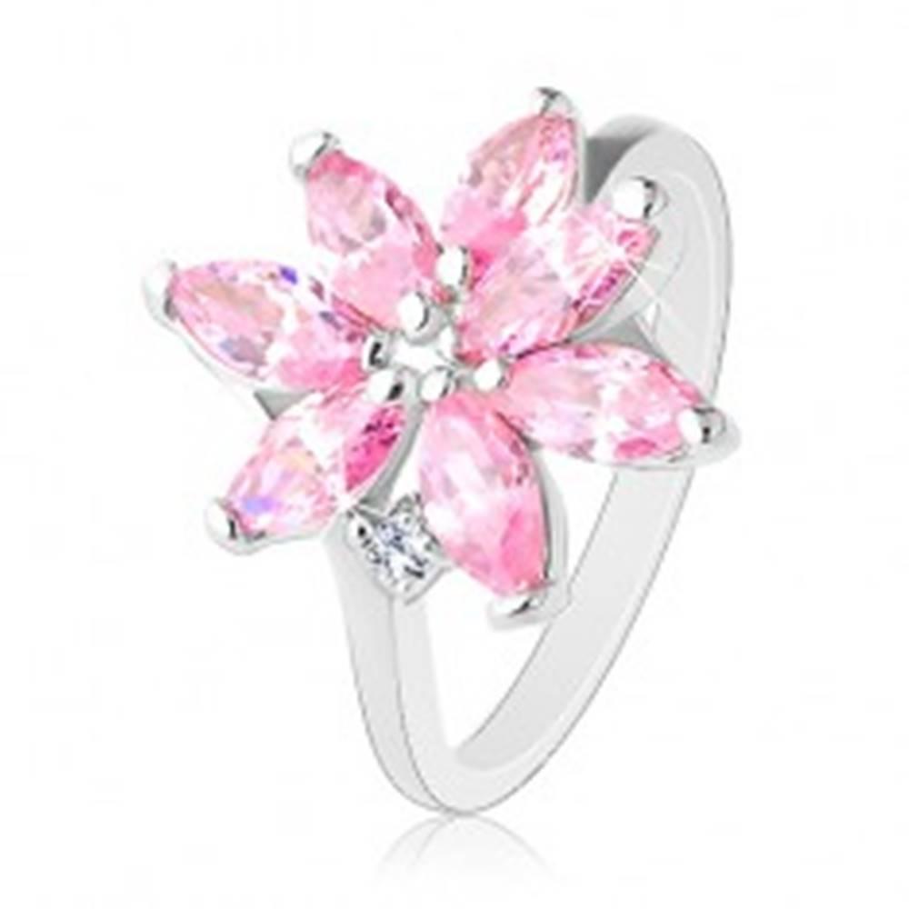Šperky eshop Prsteň s úzkymi ramenami, žiarivý zirkónový kvet ružovej farby, číry zirkónik - Veľkosť: 51 mm