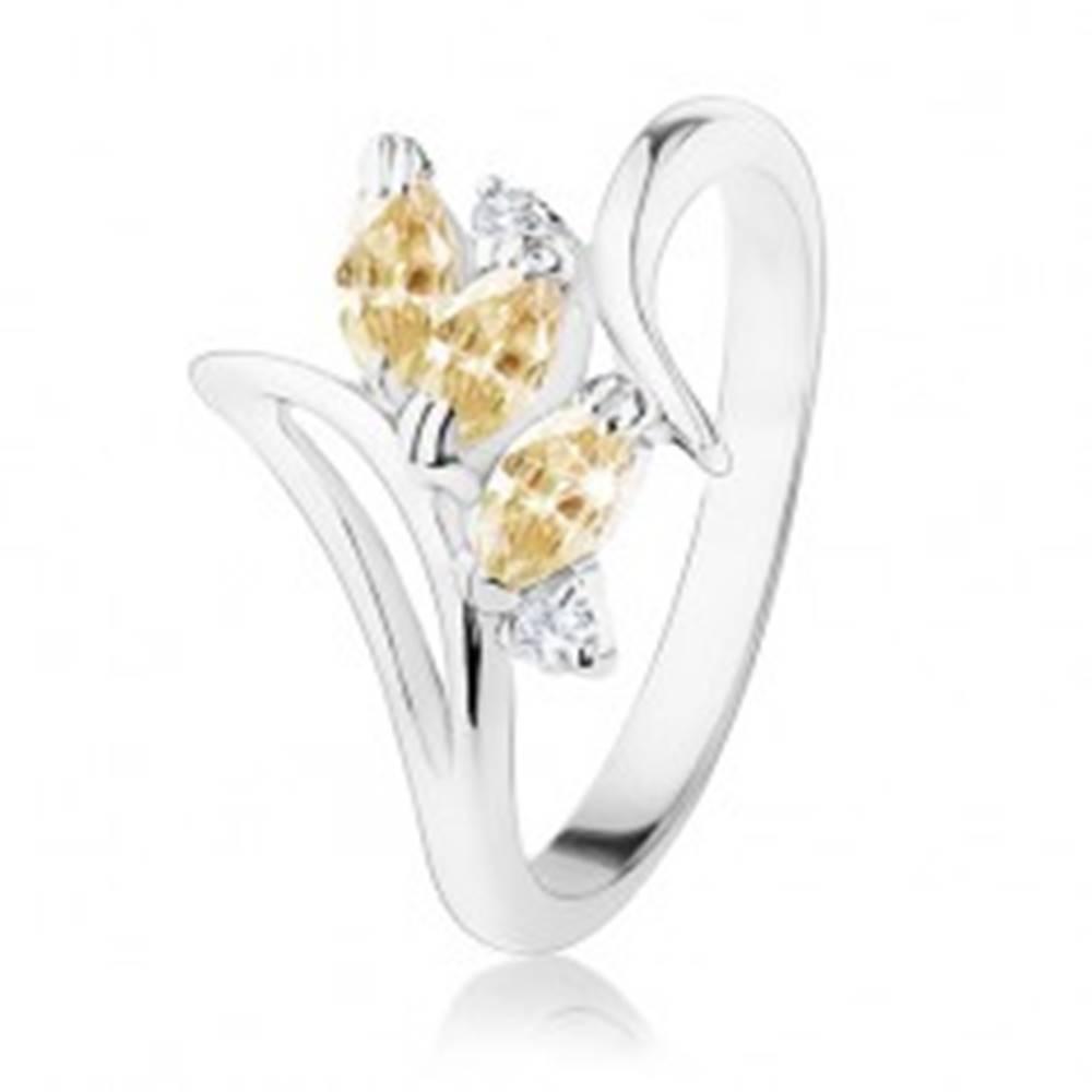 Šperky eshop Prsteň so zahnutými ramenami a výrezom, oranžové zrnká, číre zirkóny - Veľkosť: 51 mm