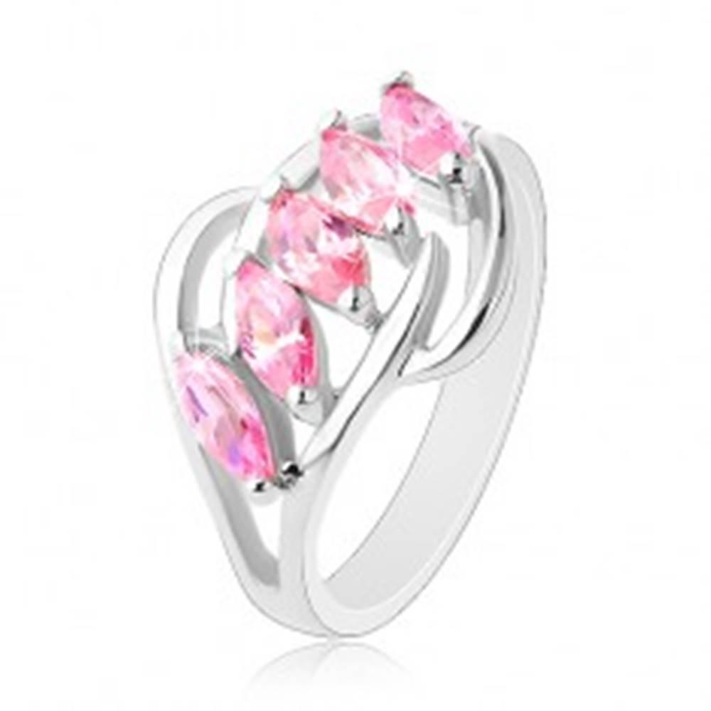 Šperky eshop Prsteň striebornej farby, lesklé oblúčiky, pás ružových brúsených zrniek - Veľkosť: 50 mm