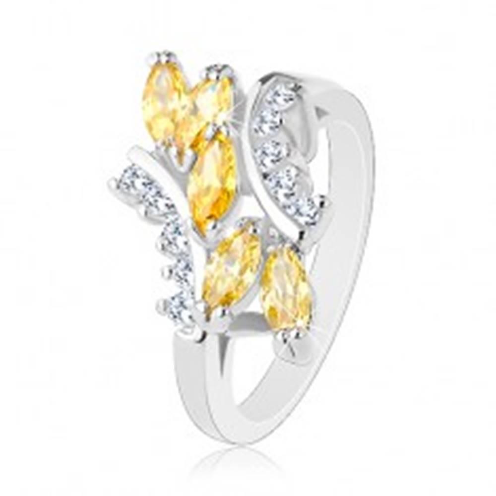 Šperky eshop Prsteň striebornej farby, línia žltých zrnkových zirkónov, číre oblúčiky - Veľkosť: 57 mm