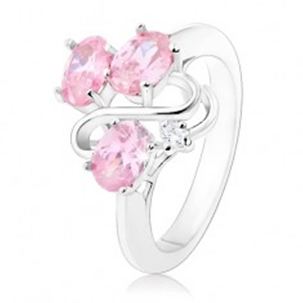 Šperky eshop Prsteň striebornej farby, zvlnená línia, tri oválne ružové zirkóny - Veľkosť: 49 mm