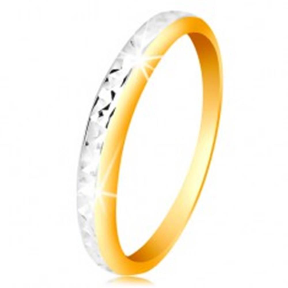 Šperky eshop Prsteň v 14K zlate - dvojfarebná obrúčka, drobné ligotavé zárezy - Veľkosť: 50 mm