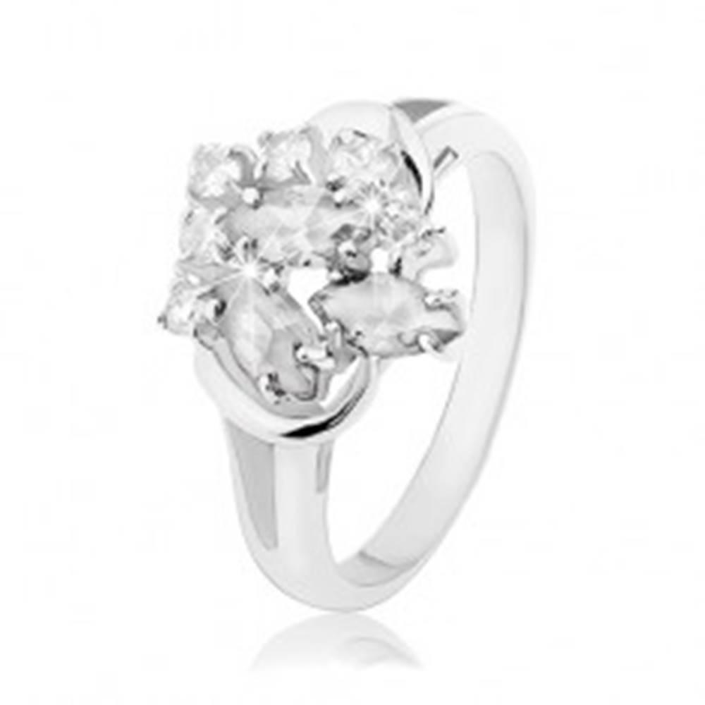 Šperky eshop Prsteň v striebornej farbe, rozdelené ramená, zrnkové a okrúhle číre zirkóny - Veľkosť: 48 mm