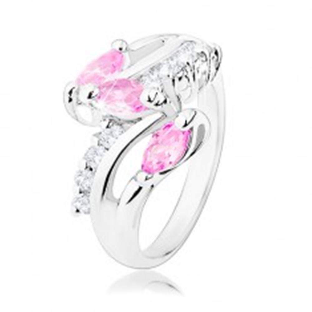 Šperky eshop Prsteň v striebornom odtieni, číre zirkónové línie, ružové brúsené zrniečka - Veľkosť: 50 mm