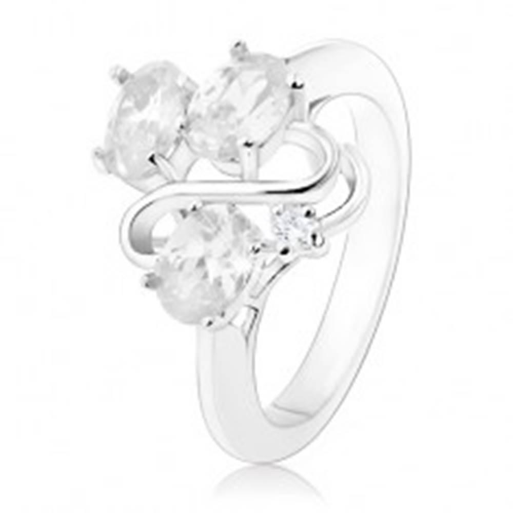 Šperky eshop Prsteň v striebornom odtieni, tri oválne číre zirkóny, lesklá vlnka - Veľkosť: 49 mm
