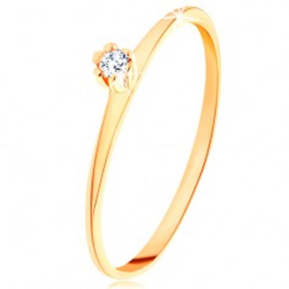Šperky eshop Prsteň v žltom 14K zlate - okrúhly číry zirkón, tenké skosené ramená - Veľkosť: 48 mm