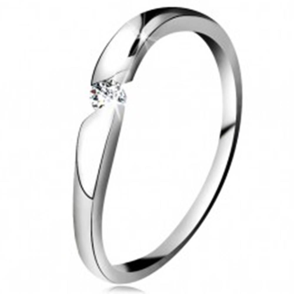 Šperky eshop Prsteň z bieleho 14K zlata - okrúhly zirkón čírej farby v šikmom výreze - Veľkosť: 49 mm
