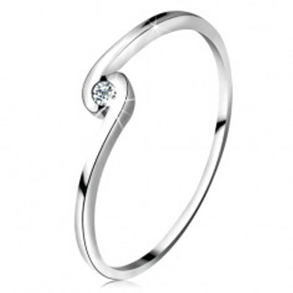 Šperky eshop Prsteň z bieleho zlata 14K - okrúhly číry zirkón medzi zahnutými ramenami - Veľkosť: 49 mm