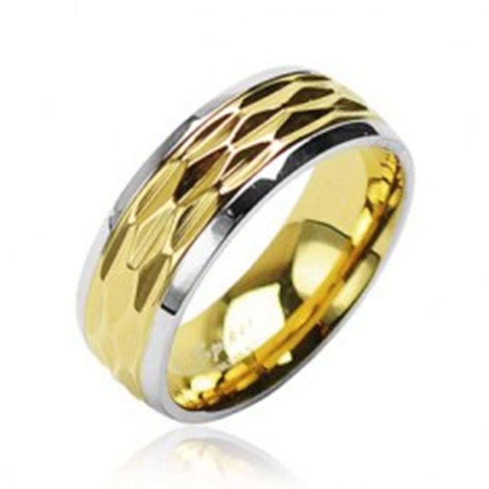 Šperky eshop Prsteň z chirurgickej ocele - zvlnený motív zlato-striebornej farby - Veľkosť: 49 mm