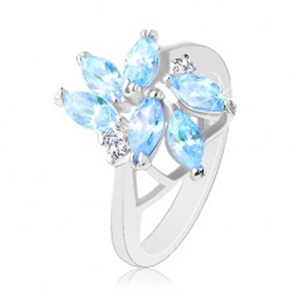 Šperky eshop Trblietavý prsteň s lesklými ramenami, svetlomodré brúsené zirkóny - Veľkosť: 56 mm
