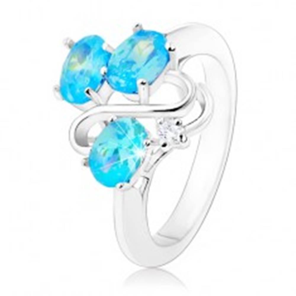 Šperky eshop Trblietavý prsteň striebornej farby, zvlnená línia, tri ovály akvamarínovej farby - Veľkosť: 49 mm
