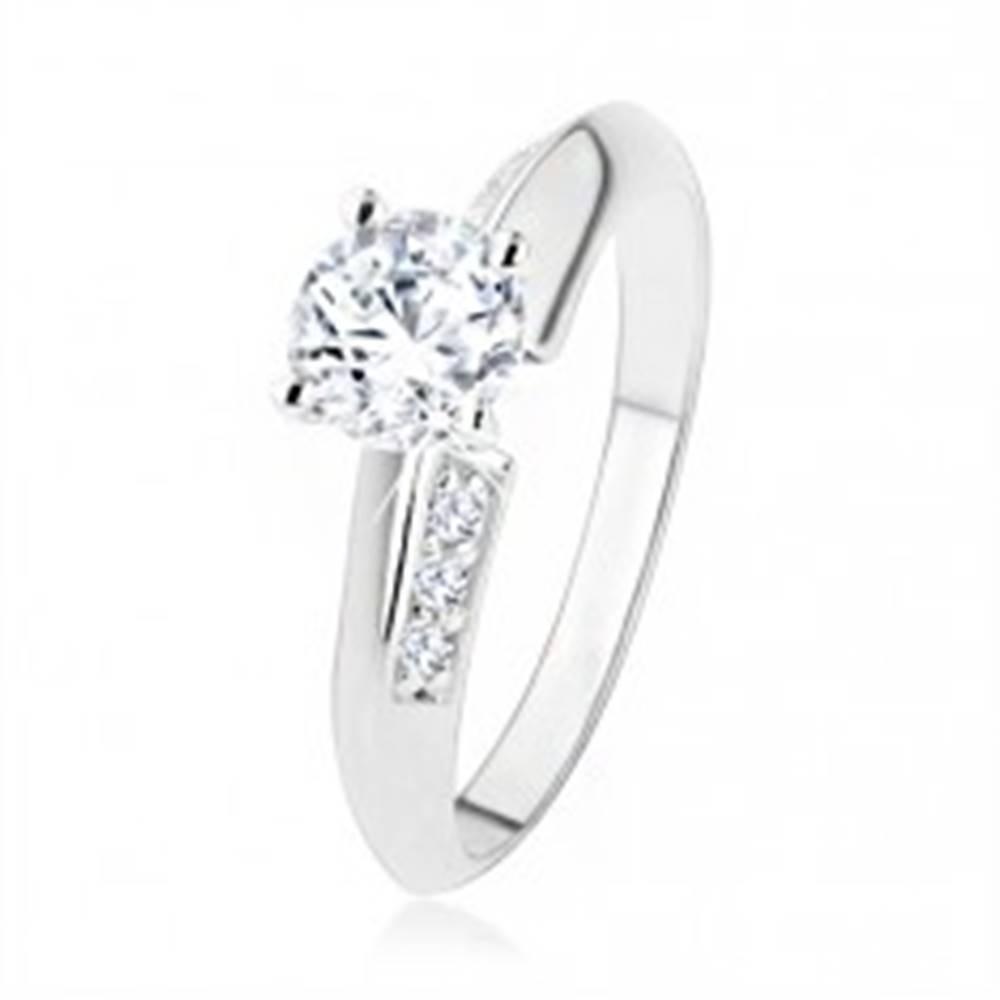 Šperky eshop Zásnubný prsteň zo striebra 925, skosené ramená zdobené zirkónmi, číry kamienok - Veľkosť: 49 mm