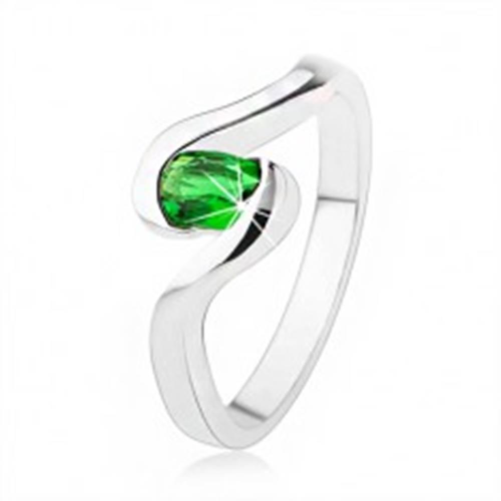 Šperky eshop Zásnubný strieborný prsteň 925 - zvlnené ramená, tmavozelený oválny kamienok - Veľkosť: 49 mm