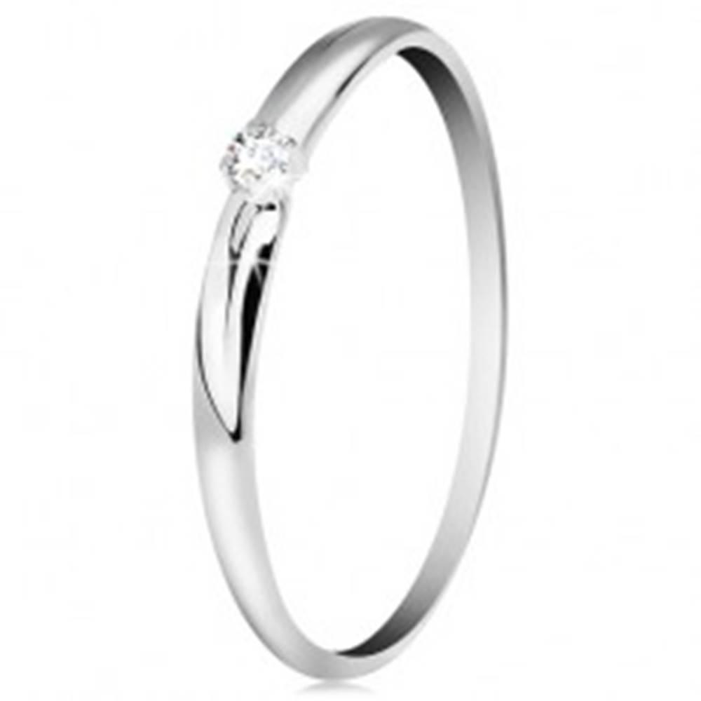 Šperky eshop Briliantový prsteň v bielom 14K zlate - tenké zárezy na ramenách, číry diamant - Veľkosť: 49 mm