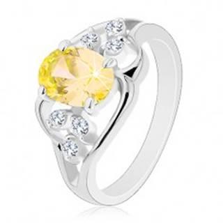Prsteň striebornej farby, veľký žltý oválny zirkón, asymetrické línie - Veľkosť: 54 mm