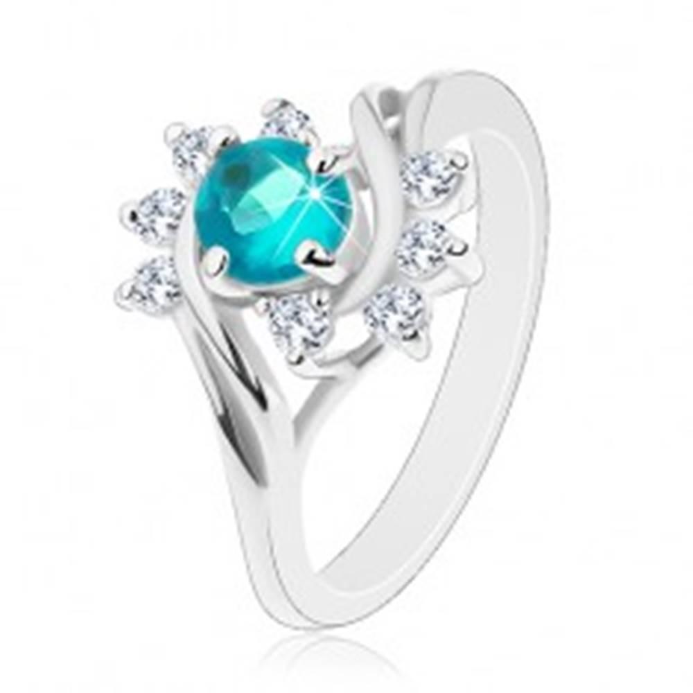 Šperky eshop Lesklý prsteň v striebornej farbe, modrý okrúhly zirkón, číre oblúčiky - Veľkosť: 49 mm