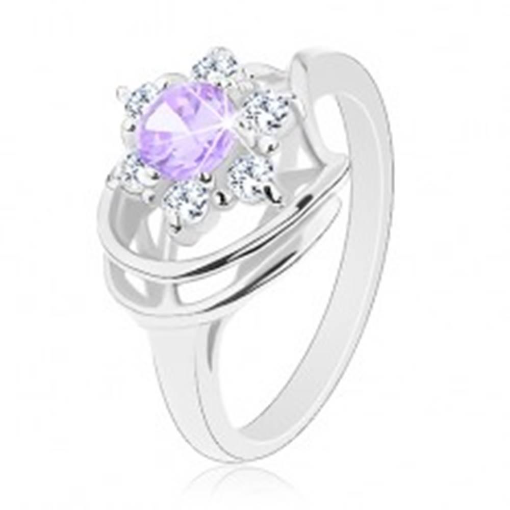 Šperky eshop Lesklý prsteň v striebornom odtieni, svetlofialovo-číry zirkónový kvet, oblúčiky - Veľkosť: 48 mm