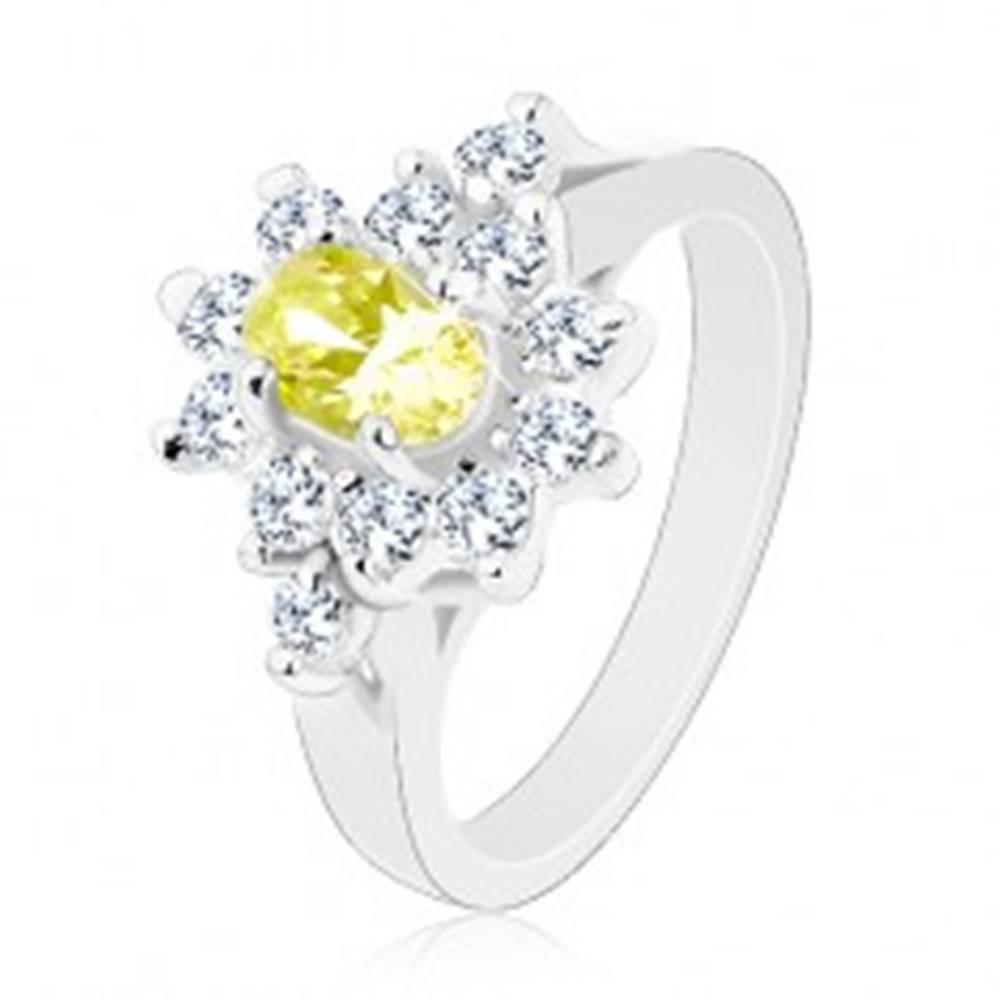 Šperky eshop Ligotavý prsteň, oválny zirkón svetlozelenej farby s čírou obrubou - Veľkosť: 59 mm