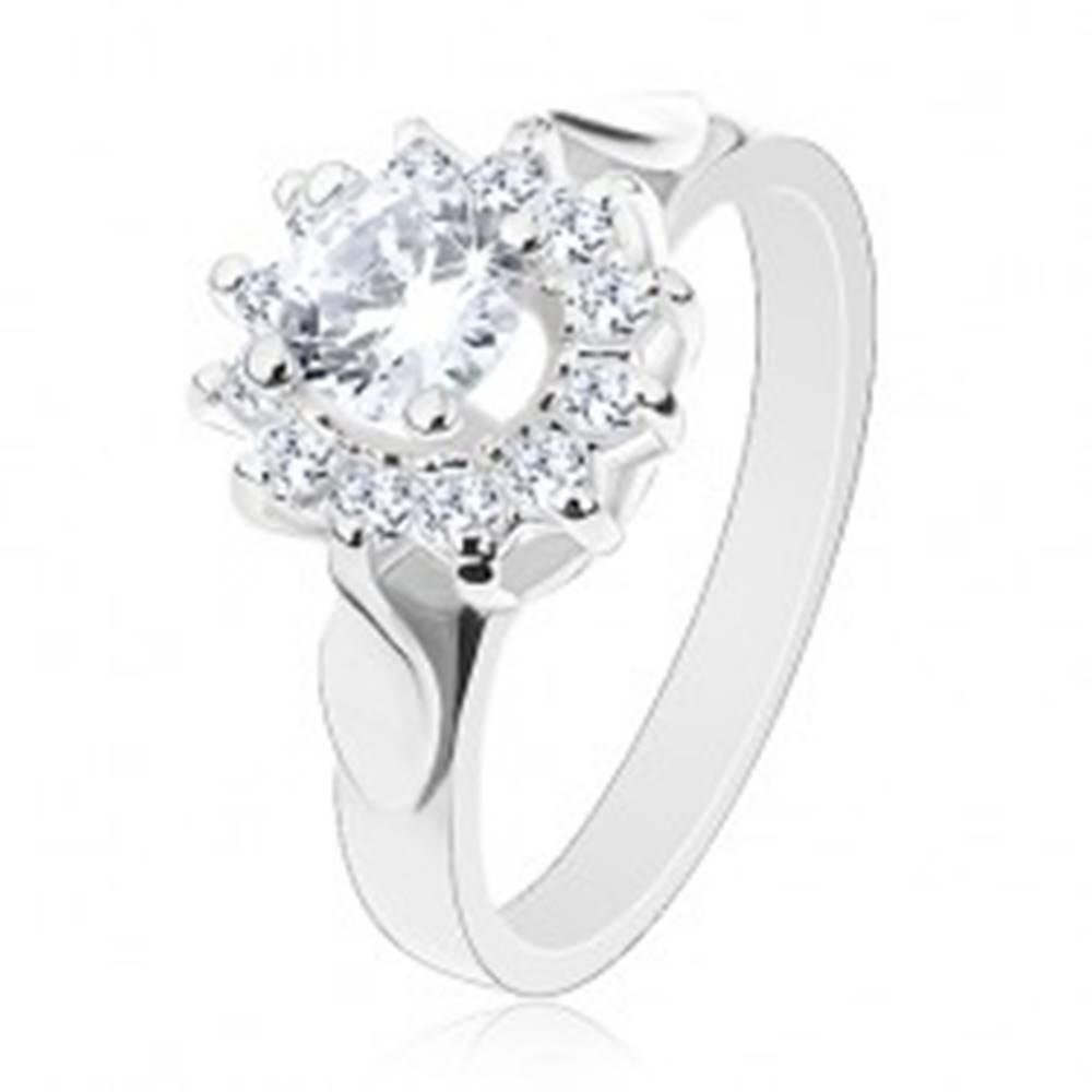 Šperky eshop Ligotavý prsteň striebornej farby, číry zirkónový kvet, lístky po stranách - Veľkosť: 49 mm