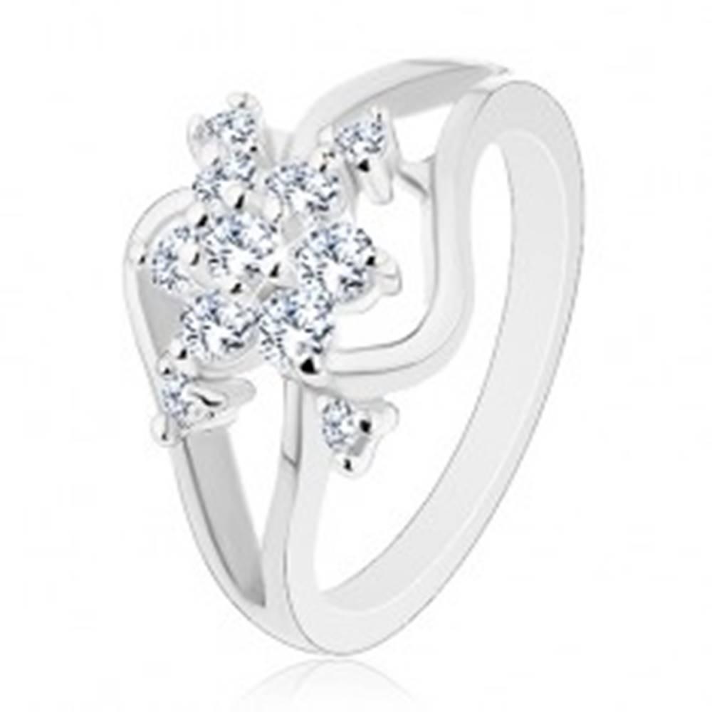 Šperky eshop Ligotavý prsteň striebornej farby, rozdelené zvlnené ramená, číry kvet - Veľkosť: 52 mm
