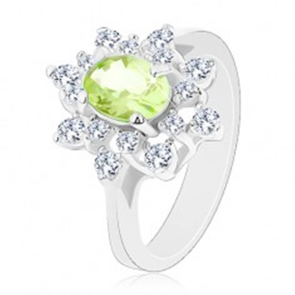 Šperky eshop Ligotavý prsteň striebornej farby, svetlozelený zirkónový ovál, číre lupene - Veľkosť: 48 mm