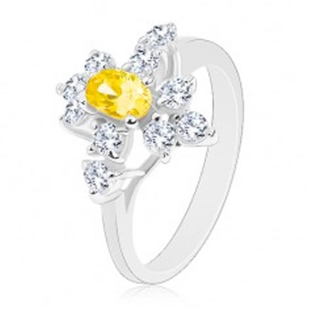 Šperky eshop Ligotavý prsteň striebornej farby, žltý zirkónový ovál, okrúhle číre zirkóny - Veľkosť: 52 mm