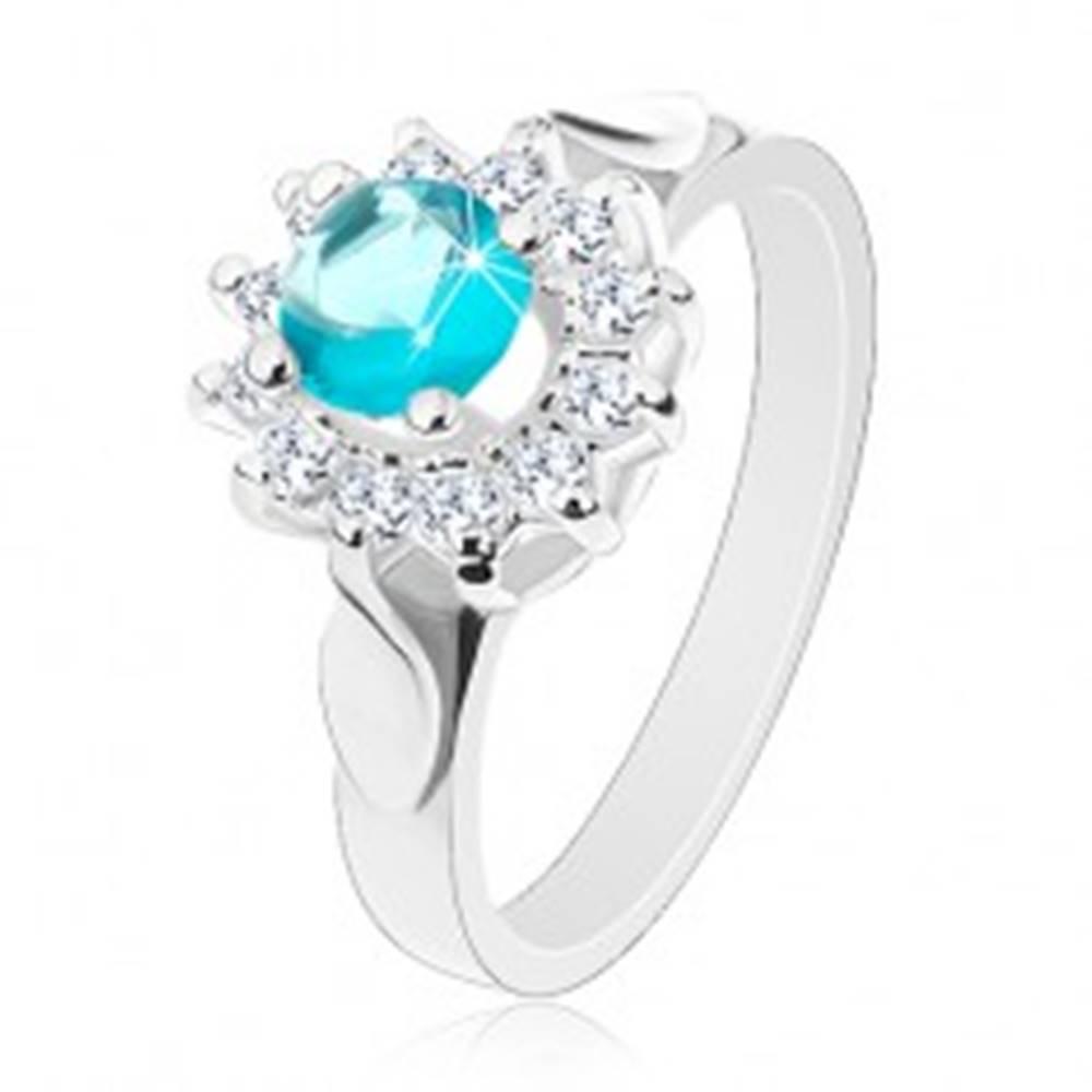 Šperky eshop Prsteň striebornej farby, modro-číry zirkónový kvet, lesklé lístky po stranách - Veľkosť: 49 mm