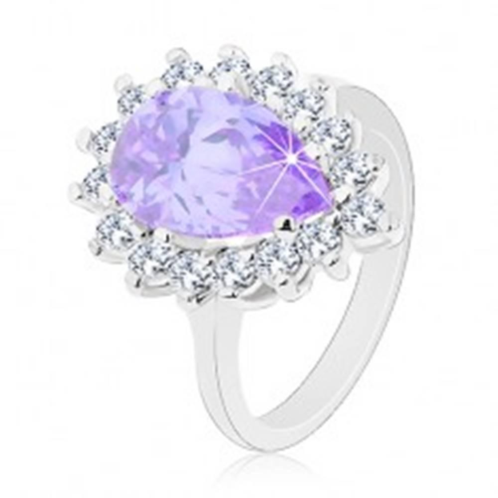 Šperky eshop Prsteň striebornej farby, veľká zirkónová kvapka fialovej farby, číry lem - Veľkosť: 48 mm