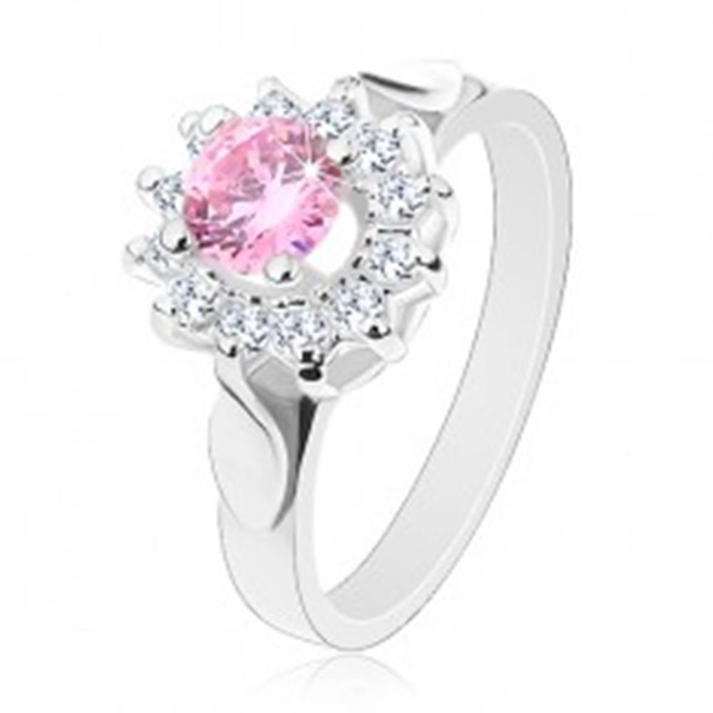 Šperky eshop Prsteň v striebornom odtieni, ružovo-číry zirkónový kvet, lesklé lístky - Veľkosť: 49 mm