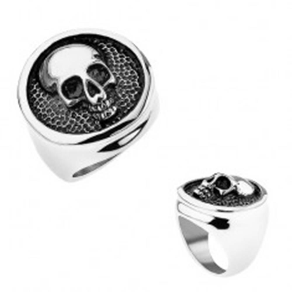 Šperky eshop Prsteň z ocele 316L, kruh s vyvýšeným lemom, lebka, čierna patina - Veľkosť: 56 mm