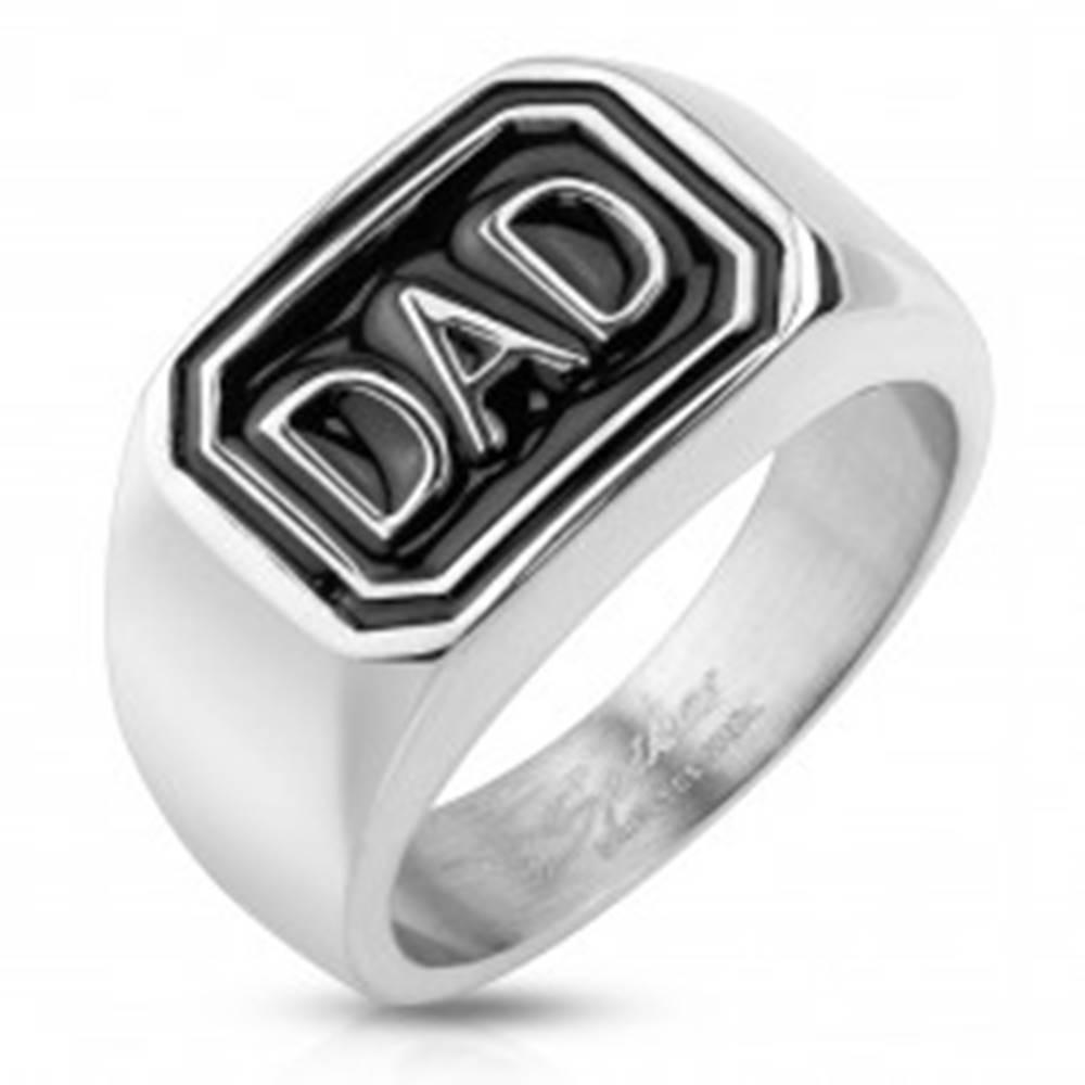 Šperky eshop Prsteň z ocele 316L striebornej farby, čierny obdĺžnik s nápisom DAD - Veľkosť: 60 mm