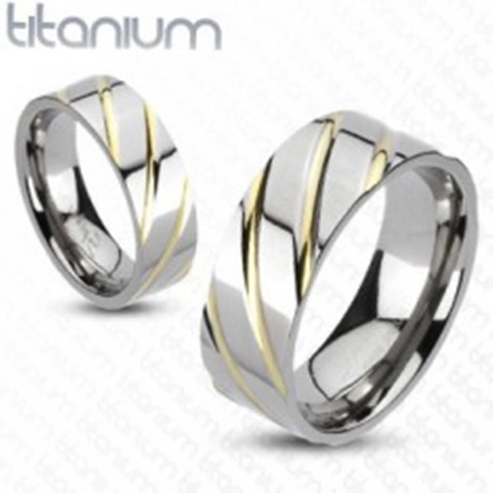 Šperky eshop Titánový prsteň striebornej farby - prúžky v zlatej farbe - Veľkosť: 49 mm